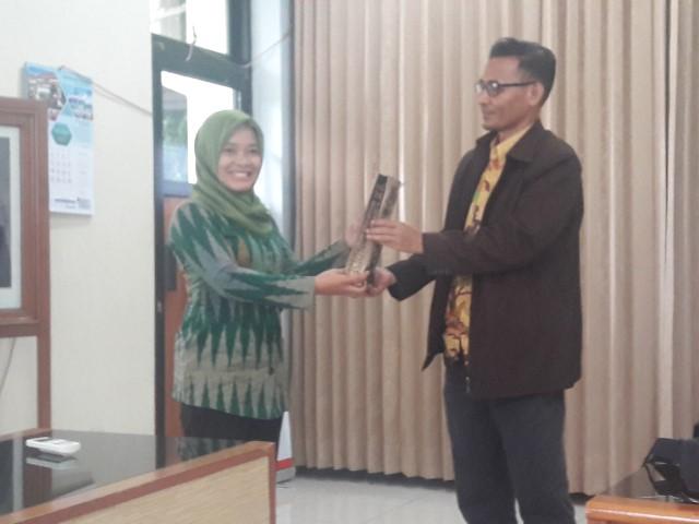 Penyerahan Cenderamata ke pihak Universitas Negeri Yogyakarta (UNY)